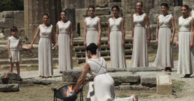 atores-realizaram-ensaio-para-a-cerimonia-que-ira-acender-tocha-dos-jogos-olimpicos-de-londres-na-cidade-de-olimpia-na-grecia-1336577133946_956x500